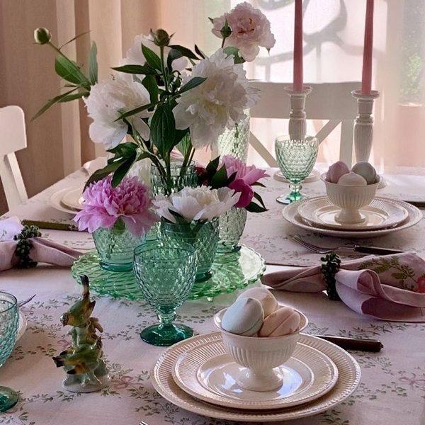 Сервировка с цветами и дорожкой